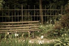 Barrière de banc et d'antiquité en parc Image libre de droits