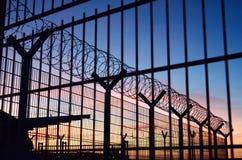 Barrière de barbelé autour d'une frontière française d'immigration avec un beau ciel coloré à l'arrière-plan situé dans des Franc images stock