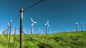Barrière de barbelé regardant des turbines de vent clips vidéos