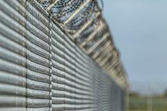 Barrière de Barbwired suggérant l'immigration illégale Image stock