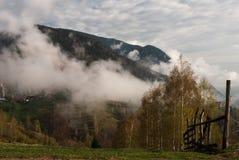 Barrière de brouillard de montagne image libre de droits