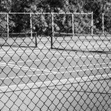 barrière de Chaîne-lien avec le court de tennis à l'arrière-plan photographie stock
