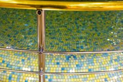 Barrière de Chrome de la piscine, de la balustrade de promenade et de la piscine d'eau comme décor Mosaïque, conception intérieur photos stock