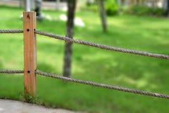 Barrière de corde dans le jardin Image stock