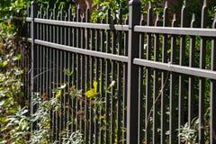 Barrière de fer séparant la vieille église de la rue en quelques automnes de Montour, New York photo stock