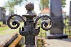 Barrière de fer sur le cimetière abandonné Image libre de droits