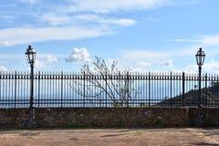 Barrière de fer travaillé au point de vue sur l'endroit le plus élevé dans Altomonte photo stock