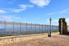 Barrière de fer travaillé au point de vue sur l'endroit le plus élevé dans Altomonte images libres de droits