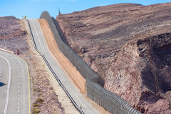Barrière de frontière d'Israel Egypt dans les déserts de Negev et de Sinai images libres de droits