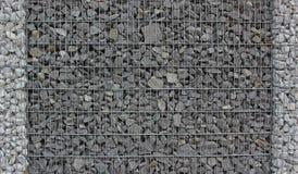 Barrière de Gabion remplie de pierres de granit Photos libres de droits