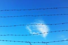 Barrière de grillage et un signe de secteur restreint avec le fond de ciel bleu image stock