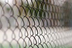 Barrière de maillon de chaîne avec le fond brouillé Image stock