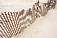 Barrière de penchement de plage sur le sable image libre de droits