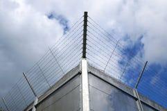 Barrière de prison de Barbwired Images stock