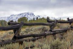Barrière de rail en bois dans l'armoise du Wyoming Photographie stock