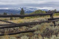 Barrière de rail en bois dans l'armoise du Wyoming Images stock
