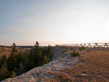 Barrière de rail fendu au canyon perdu ci-dessus de l'eau de lever de soleil dans la chaîne de cheval sauvage de montagnes de Pry Photographie stock libre de droits