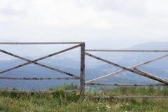 Barrière de ranch donnant sur les montagnes carpathiennes Photo libre de droits