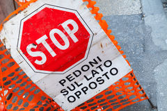 Barrière de route avec le signe d'arrêt et texte sur l'Italien Images stock