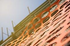 Barrière de sécurité dans la construction, filet orange autour de chantier photo libre de droits