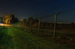 Barrière de sécurité, traînée de patrouille, nuit Photographie stock libre de droits