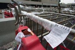 Barrière en affiche op de weg van Connaught, een straat het blokkeren demonstratie Stock Foto's