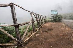 Barrière en bambou sur la colline photo stock