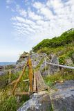 Barrière en bambou sur la falaise chez Koh Sichang, Chonburi, Thaïlande Les textes non anglais signifient la falaise de ` pour la photos libres de droits