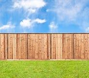 Barrière en bois à l'herbe Image stock