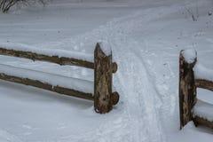 Barrière en bois à l'hiver Photo libre de droits