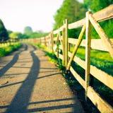 Barrière en bois à la ferme au lever de soleil Photographie stock libre de droits