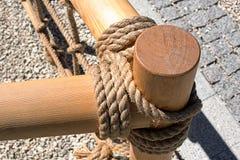 Barrière en bois attachée avec une corde photographie stock