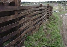 Barrière en bois autour de maison gentille images libres de droits