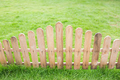 Barrière en bois avec l'herbe image stock