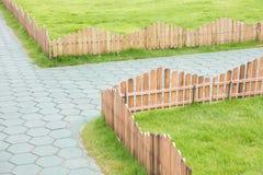 Barrière en bois avec l'herbe photo stock