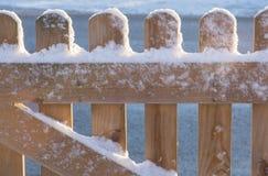Barrière en bois couverte par la neige Photos libres de droits