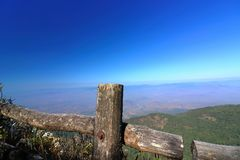 Barrière en bois d'itinéraire aménagé pour amateurs de la nature de Kew Mae Pan avec le fond bleu de paysage de montagne chez Doi Photographie stock libre de droits