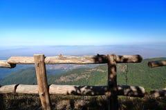 Barrière en bois d'itinéraire aménagé pour amateurs de la nature de Kew Mae Pan avec le fond de paysage de montagne chez Doi Inth Images stock