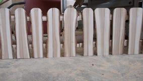 Barrière en bois dans l'atelier de menuiserie, fond de machines de travail du bois, barrière courte dans le style campagnard natu banque de vidéos