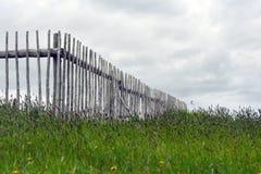 Barrière en bois dans le domaine au Canada atlantique image stock