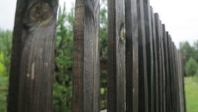 Barrière en bois dans le village_2 banque de vidéos