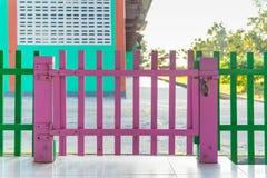 Barrière en bois de couleur rose à l'école maternelle avec la serrure Photographie stock libre de droits
