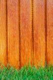 Barrière en bois de latte et herbe verte Photographie stock libre de droits