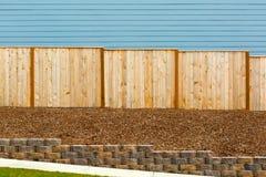 Barrière en bois de nouveau jardin par l'extérieur de Chambre photographie stock libre de droits
