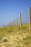 Barrière en bois de poteau en dunes françaises photo libre de droits