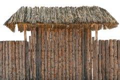 Barrière en bois de rondin de bois de construction rond d'isolement sur le blanc Toit ou tente de foin au-dessus de porte d'entré Photo libre de droits