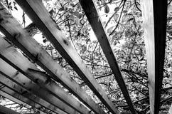 Barrière en bois de toit images stock