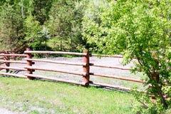 Barrière en bois du jardin de village Photo libre de droits