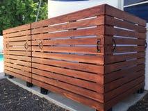 Barrière en bois Enclosure d'équipement de piscine Photo libre de droits