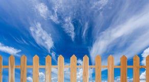 Barrière en bois et ciel bleu Photo libre de droits